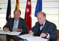 El alcalde, Bonifacio de Santiago, y el Decano del Colegio de Abogados de Madrid, Luis Martí Mingarro, durante la firma del convenio.