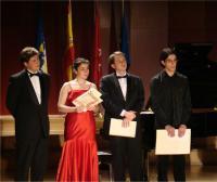 Los cuatro finalistas, escuchan el fallo del jurado. El primero de la derecha, Daniil Tsvetkov, ganador del primer premio.