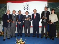 El alcalde (3º por la dcha) posa con los patronos de honor de la Fundación Marazuela