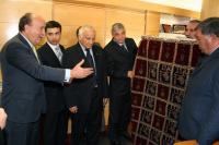 el-alcalde-agradece-el-recuerdo-que-le-han-traido-desde-azerbaijan.jpg