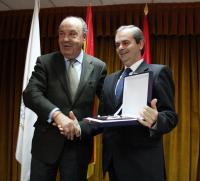 El alcalde entrega el premio al responsable de HP