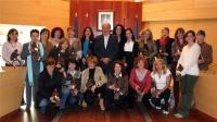 Las 20 homenajeadas posan con el Alcalde y la concejal de Personal