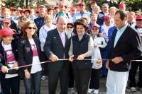 Momento en el que la Consejera y el Alcalde cortan la cinta para dar la salida a la Marcha