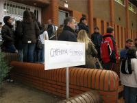 Algunas personas se personaron en el polideportivo donde confirmaron la suspensión de la inauguracion.