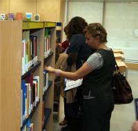 Nada más inaugurar la biblioteca numerosos usuarios han disfrutado de los volúmenes que ofrece