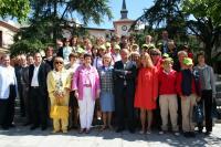 La delegacion rusa posa con el alcalde y concejales de Las Rozas a las puertas del Ayuntamiento