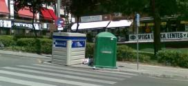 contenedores en un paso de cebra