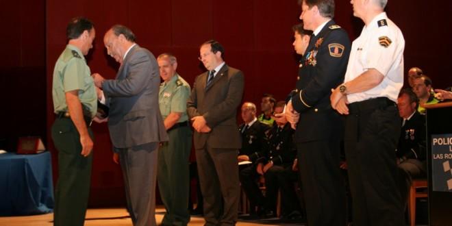 el-alcalde-entrega-una-de-las-condecoraciones-al-capitan-de-la-guardia-civil-miguel-angel-gonzalez-reina