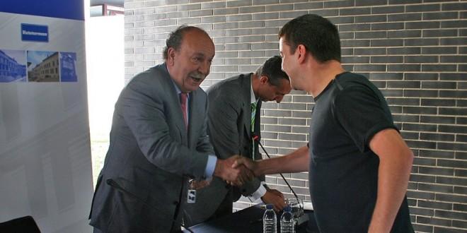 el-alcalde-entrega-las-llaves-a-uno-de-los-adjudicatarios