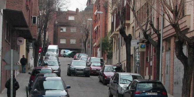 vehiculos-aparcados-en-una-calle-de-las-rozas