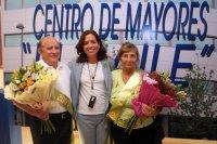 La_concejal__Mercedes_Piera__posa_con_los_abuelos_del_a_o.jpg